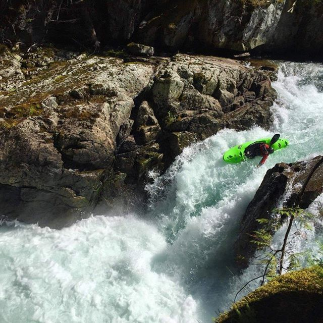 It sure is fun to watch this guy cleaning the lines lately... 📸 @eda_skalicky . . . . . . . #inwaterwelive #weareoutthere #whitewater #hikoteam #hiko #whitewaterkayaking #kayakingwaterfalls #uppercheakamus
